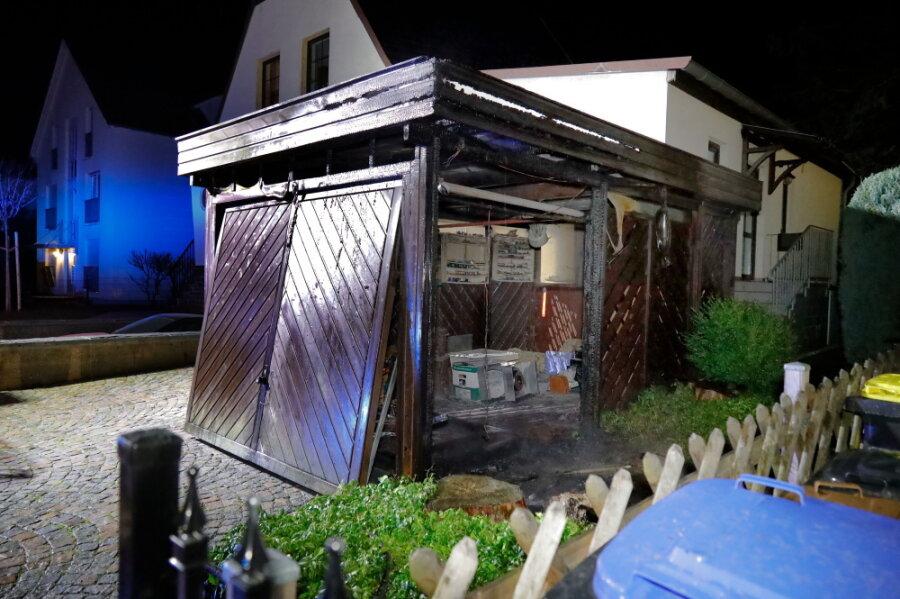 Diesmal in Adelsberg: Erneut Carport und Mülltonnen in Brand