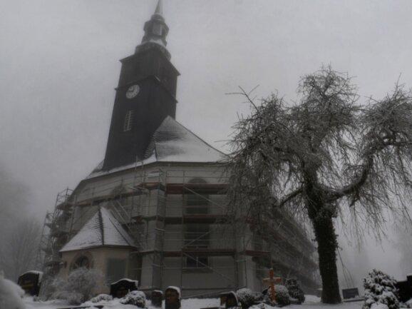 Der Putz ist dran, aber noch ist die Kirche Rothenkirchen eingerüstet. Passt das Wetter wieder, folgen Fassadenanstriche und Restarbeiten.Foto: J. Thoß