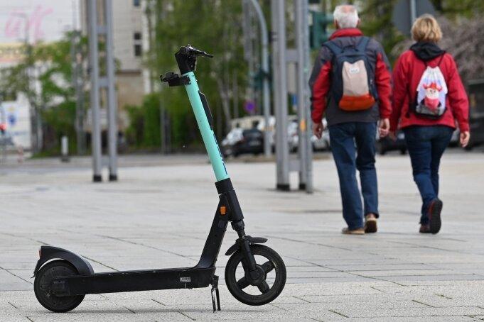 E-Scooter, hier einer an der Straße der Nationen, gehören seit Monaten zum Stadtbild. Abgestellt werden dürfen sie aber nicht überall.