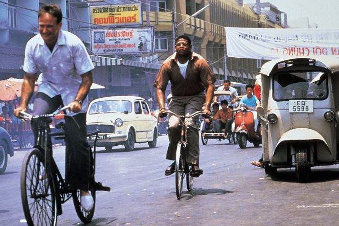 """Robin Williams (links) als Adrian Cronauer in einer Szene des Films """"Good Morning, Vietnam""""."""