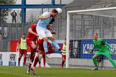 Tobias Müller steigt am höchsten und köpft das Tor des Tages. Germania-Keeper Florian Sowade kann nicht mehr eingreifen.