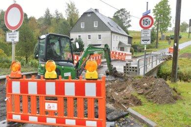 Eine marode Brücke im Saydaer Stadtteil Friedebach wird derzeit saniert. Die Straße in Richtung Kreuztanne ist deshalb für den Verkehr gesperrt. Mitarbeiter der Firma LSTW bauen die alte Brücke derzeit zurück.
