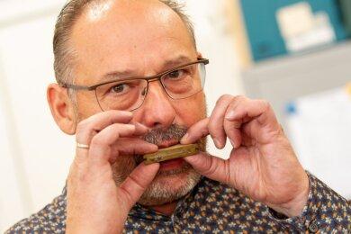 Orgelbau-Meister Thomas Wolf (55) aus Limbach mit einer Zungenpfeife, die zum Beispiel Klarinette oder Oboe imitiert. Er selbst hält es jedoch auch in seiner Freizeit mehr mit den Tasteninstrumenten.