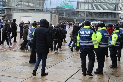 Aufgeheizte Stimmung auf dem Neumarkt: Trotz Verbotes hatten sich dort am 27. März Gegner der Corona-Maßnahmen versammelt.