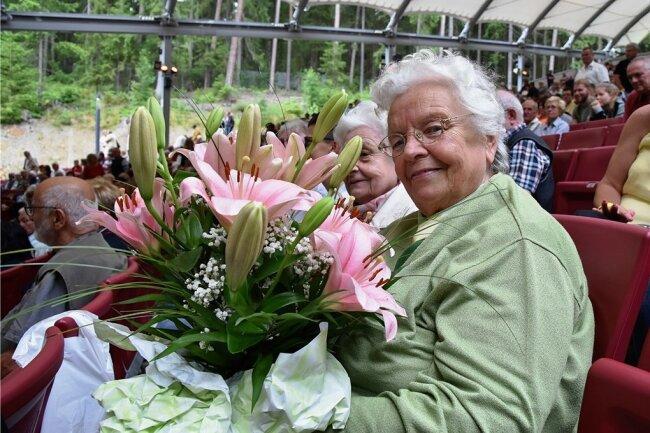 Anneliese Samek aus Markneukirchen wurde bei dem Auftritt des Komiker-Duos zum Geburtstag mit einem Blumenstrauß überrascht.