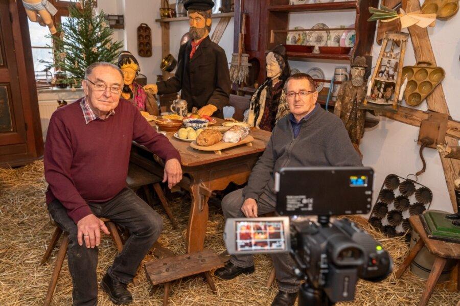 Ulrich Wolf (links) und Andreas Rößler vom Falkensteiner Heimat- und Museumsverein bei den Dreharbeiten für den virtuellen Rundgang durch die Weihnachtsausstellung des Museums.Foto: David Rötzschke