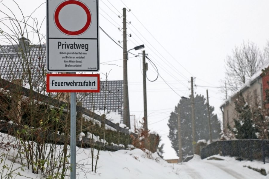 Seit Kurzem weist ein Schild die Straße samt angrenzendem Wanderweg als Privatgelände aus. Damit müssen Spaziergänger zum Plotzgrund einen langen Umweg in Kauf nehmen.