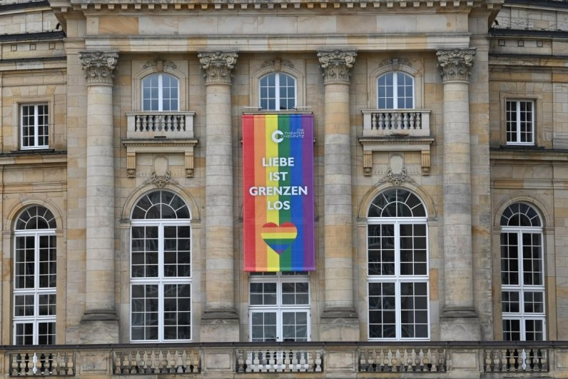 Regenbogen am Opernhaus