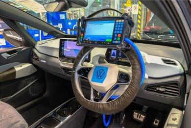 Elektronische Steuerungssysteme und die dazugehörige Software wie hier im Cockpit eines ID.4 bei der Produktion in Zwickau werden in der Automobilindustrie immer wichtiger.