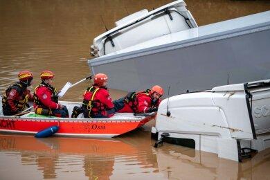 Einsatz der DRK Wasserwacht Düsseldorf im Hochwassergebiet in Arloff und Iversheim (Nordrhein-Westfalen).