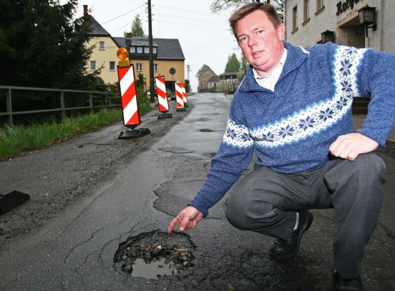"""<p class=""""artikelinhalt"""">Gemeinderat Holger Haase ist erbost über den katastrophalen Zustand der Weißbacher Hauptstraße. Zu einer halbseitigen Absperrung kommen noch etliche Schlaglöcher. </p>"""