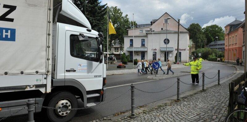 """<p class=""""artikelinhalt"""">Trotz Schulweghelfern im Burkhardtsdorfer Ortszentrum und Fußgängerampel in Stollberg-Hoheneck: Gefährliche Stellen an der B 180 wecken nicht nur bei Eltern von Schulkindern Bedenken. </p>"""