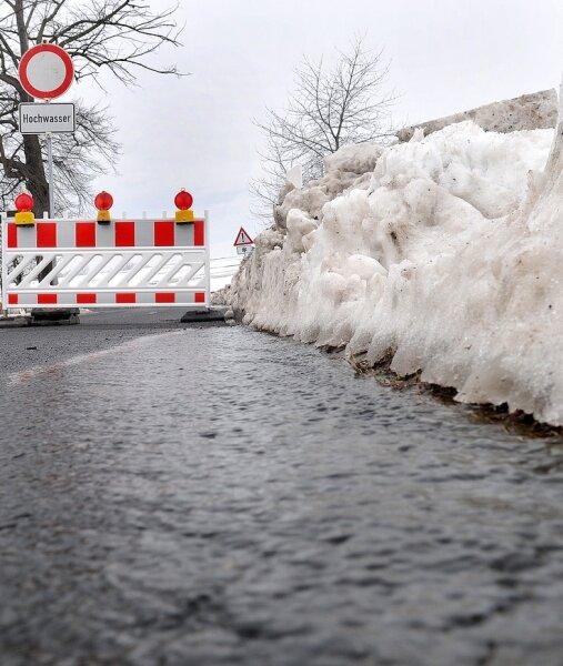 """<p class=""""artikelinhalt"""">Die Mittweidaer Straße in Frankenau wurde gesperrt, weil Schmelzwasser von den Feldern für eine Überflutung gesorgt hat.</p>"""