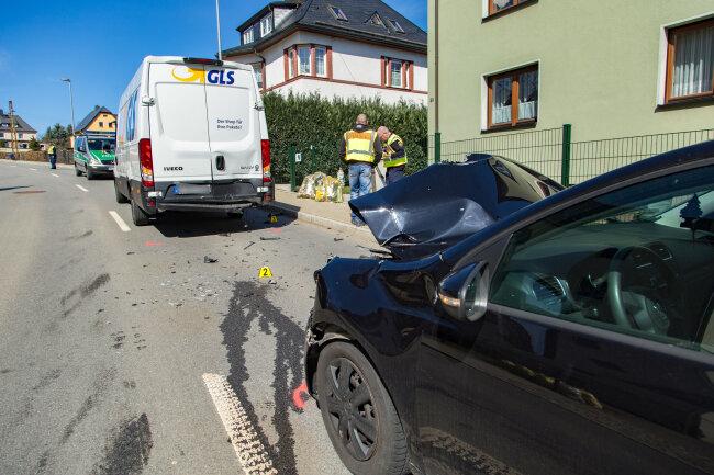 Am Freitagmittag ist in Thalheim ein VW auf einen GLS-Transporter aufgefahren.