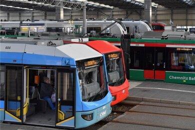 Bahnen im Hauptbahnhof Chemnitz. Mit dem Bildungsticket können Schüler alle Nahverkehrsangebote im Verbundgebiet nutzen.