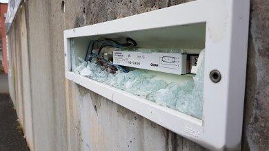 Nicht nur diese eine Lampe haben Unbekannte an der Berufsschule in Oelsnitz zerstört.