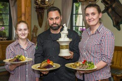 """Volle Punktzahl für ihre Interpretation der vogtländischen Küche: André Diegnitz, Inhaber der Gaststätte """"Weidmannsruh"""", und sein Team."""