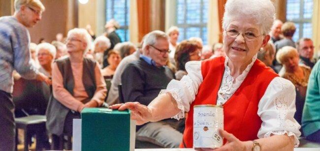 Immer bei ihren Auftritten in diesem Jahr dabei: Spendenboxen für Ewen. Das Foto entstand im Stollberger Bürgergarten.