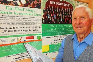 Alfons Zech in seinem Haus in Langenbernsdorf. Dort zieren im Wintergarten einige der Plakate von den Konzerten des Gesangsvereins die Wände.