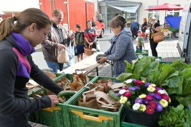 Marktschwärmer auf einem Gelände im mittelsächsischen Freiberg (im Foto der Stand von Dorothea Münch mit Blumen, Gemüse und Kräutern). Das Konzept wird es ab 22. Oktober auch in Plauen geben.