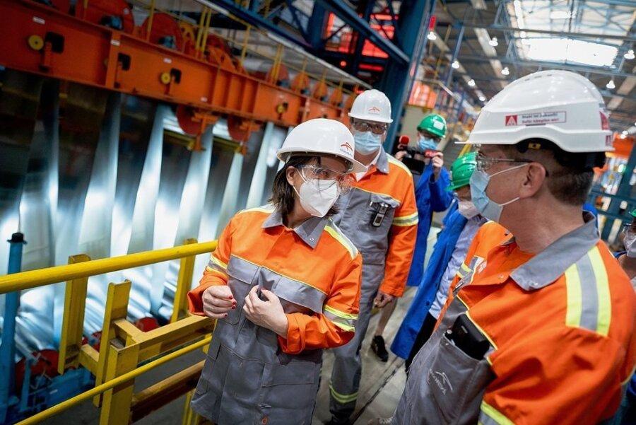 Annalena Baerbock, Kanzlerkandidatin der Grünen, spricht beim Besuch des Stahlkonzerns Arcelor-Mittal mit Beschäftigten.