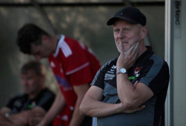 Nachdenklich: Langenaus Trainer Matthias Zänker bereitete der Auftritt seiner Männer in Dohna einiges Kopfzerbrechen.