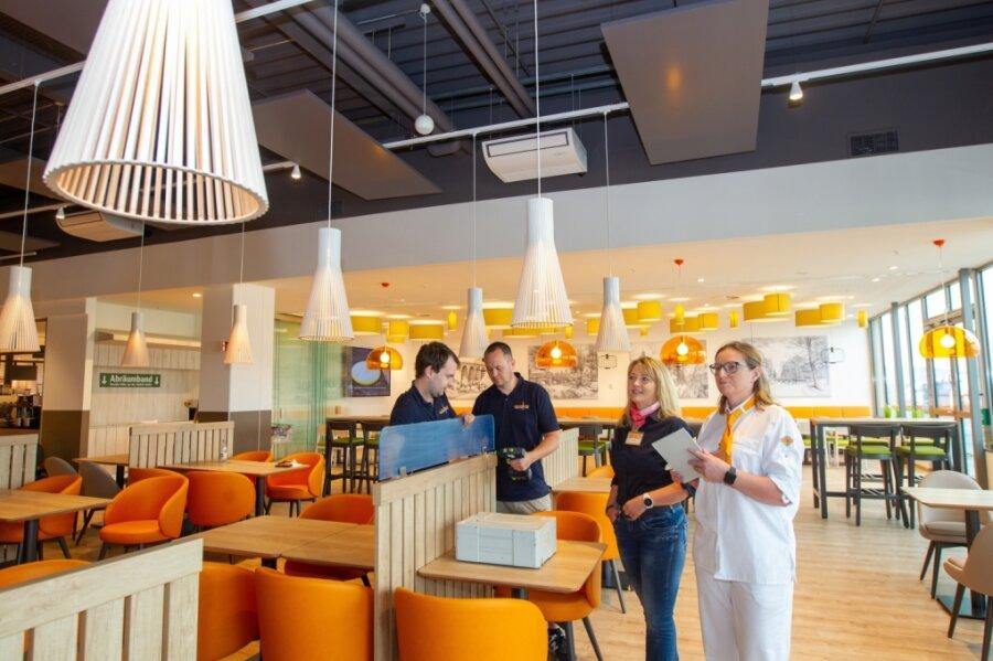 Im Globus-Markt werden derzeit letzte Vorbereitungen vor der Eröffnung des neuen Restaurants getroffen. Im Bild: Christian Klötzner und Arnd Görler von der Firma Ladenbau Fuhrmann und Ketzel sowie Marktchefin Bild Kitty Fischer mit Restaurantleiterin Monique Seeling (von links).