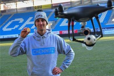 """Ganz so einfach kam CFC-Spieler Christian Bickel nicht zu seiner Medaille für das """"Tor des Monats"""". Diese wurde mit einer Drohne gebracht, die zudem die Flugkurve des Balles noch einmal nachgeflogen ist. Zu sehen ist das fertige Filmchen am Sonntag ab 18.30 Uhr in der Sportschau."""