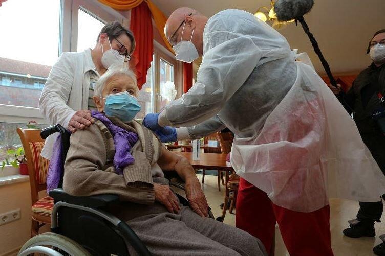 Die Heimbewohnerin Edith Kwoizalla wurde am Samstag vor dem offiziellen Start in Deutschland gegen das Coronavirus geimpft.