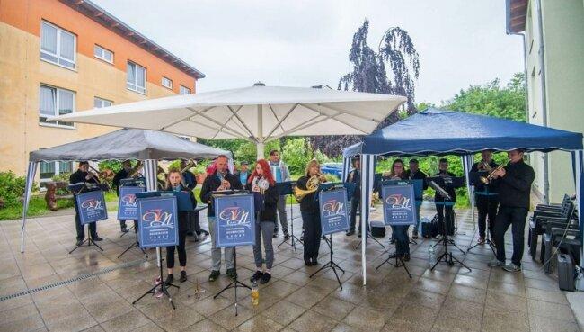 Die Musiker des Feuerwehrmusikzuges Neukirchen-Adorf vor dem Pflegeheim in Zwönitz.