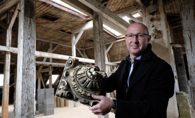Bauherr Christian Suhr mit einer geretteten Stuck-Rosette auf dem Villa-Boden - für den es analog zum Keller noch keine konkreten Nutzungspläne gibt.