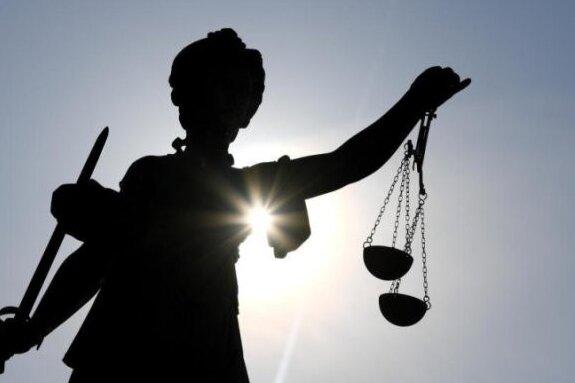 Das Gericht konnte am Ende nur die Frage erörtern, ob es sich bei dem Verhalten des Angeklagten um eine angemessene Abwehrhandlung gehandelt hat.