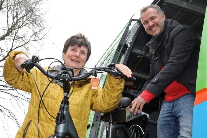 Rosemarie Hirt aus Wüstenbrand freut sich über ihr neues Rad, das von Moderator Silvio Zschage übergeben wird.