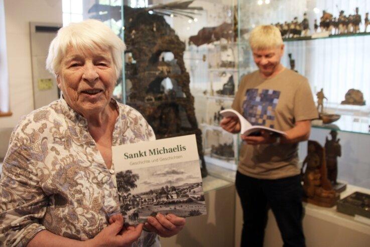 Ortschronistin Maria Sauter und Museumsleiter Thomas Maruschke präsentieren Geschichte und Geschichten aus St. Michaelis.
