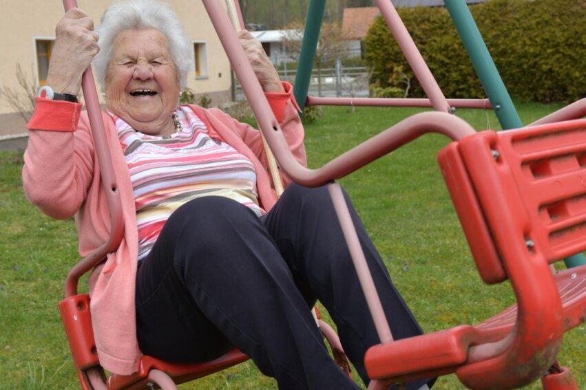Charlotte Speer aus Mulda feiert bald ihren 95. Geburtstag. Auf der Schaukel in ihrem Garten schaukelten schon ihre älteste Urenkelin Nadja (20) und ihr jüngster Urenkel Simon (2). Am rechten Handgelenk trägt sie ihre zweite Uhr. Das Mini-Gerät misst Blutdruck und Herzfrequenz. Bei Auffälligkeiten löst es automatisch Alarm aus.