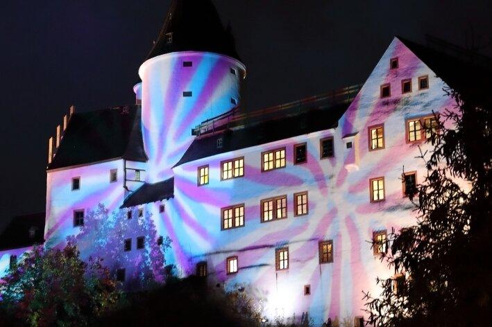 Schloss erstrahlt in buntem Licht