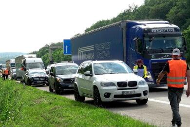 Der Unfall sorgte für Stau auf der Autobahn. Der Verkehr wurde vorläufig an den Unfallstellen vorbeigeleitet.