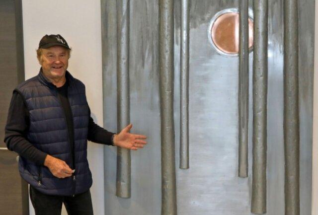 Der Wald in der Abendsonne ziert jetzt ein Foyer in Lichtenstein.Künstler Ulrich Berthold aus Gersdorf mit seinem neuesten Werk.