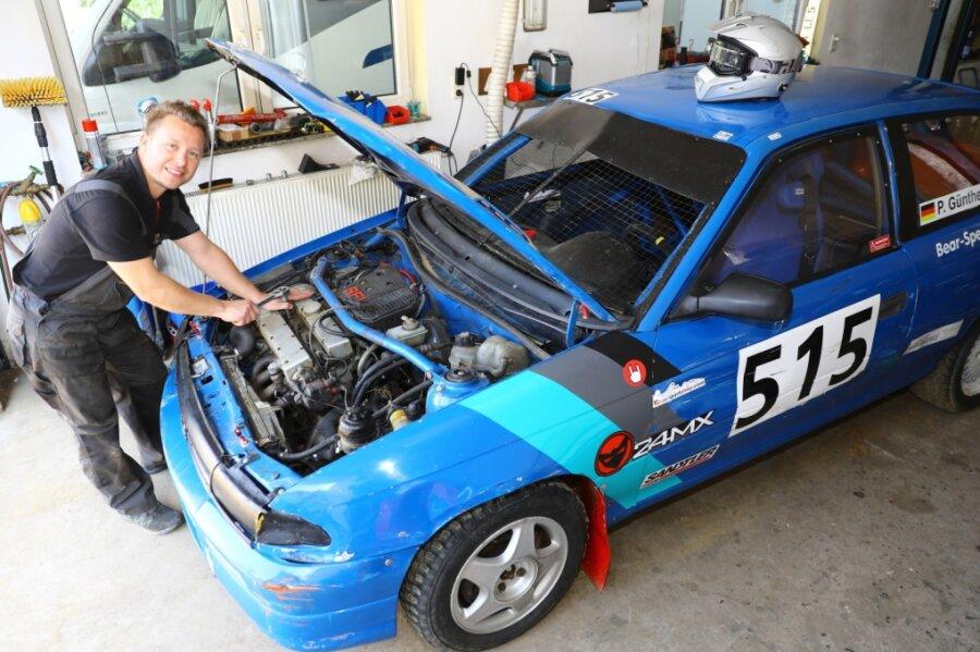 Von der Straße auf die Piste: Pierre Günther, der ehemals schnellste Taxifahrer Annabergs, schraubt fast täglich an seinem Rallyefahrzeug.