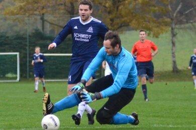Der Jößnitzer Christian Hirsch war mit zwei Treffern der entscheidende Mann des Spitzenspiels in Schreiersgrün. Hier kommt er gegen Torhüter Marcus Dölz einen Tick zu spät.