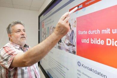 Klaus Schreiter vor einer modernen digitalen Tafel. An solche Technik war 1990 nicht zu denken, als er als Gründungsmitglied des Berufsbildungsvereins Annaberg in der Erwachsenenausbildung agierte. Heute arbeitet Schreiter in der Lohnbuchhaltung.