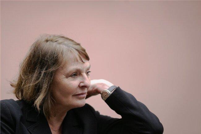 """Die Schriftstellerin Monika Maron schrieb bislang mehr als zehn Romane und andere Werke mit Essays und Erzählungen, von denen besonders der Roman """"Animal triste"""" von 1996 auf großes Echo stieß. Sie erhielt eine Reihe von Auszeichnungen, darunter den Kleist-Preis und den Deutschen Nationalpreis."""