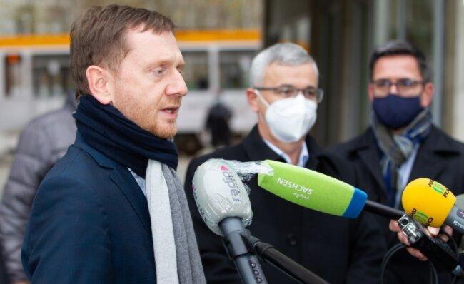 Improvisierte Pressekonferenz vor dem Gebäude des Gesundheitsamtes in Plauen: Ministerpräsident Michael Kretschmer (links) und Landrat Rolf Keil nach ihrem Besuch in der Behörde. Dort durften Journalisten pandemiebedingt nicht dabei sein.