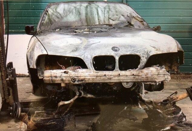 Der Besitzer des in der Nacht zum vergangenen Donnerstag auf einem Reichenbacher Parkplatz in Flammen aufgegangenen Autos geht von einem gezielt gelegten Brand aus - und damit von einem Angriff auf seine Familie.
