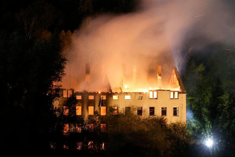 Großbrand in Chemnitz Wittgensdorf: Alte Spinnerei brennt komplett aus