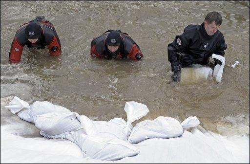 Die Gefahr durch das Rekordhochwasser in Polen hat sich dramatisch verstärkt. Ein Feuerwehrsprecher sprach gegenüber der Nachrichtenagentur AFP von den schlimmsten Überschwemmungen seit mehr als hundert Jahren, 15 Menschen kamen bislang ums Leben.