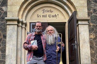 Günter Heinz (rechts) und Gast Jens-Uwe Sommerschuh nach dem Konzert am Sonntag in der Kleinwaltersdorfer Kirche.