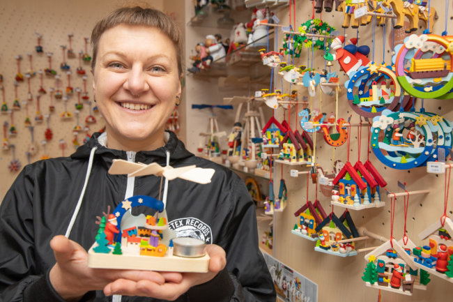 Das Crottendorfer Unternehmen Graupner Holzminiaturen macht etwa ein Drittel seines Jahresumsatzes auf Weihnachtsmärkten. Der Ausfall bedeutet erhebliche Einbußen. Zwar gibt es nun einen neuen größeren Werkstattladen. Aber das eigentliche Hauptgeschäft im Advent kann dieser laut Elisabeth Graupner nicht ersetzen.