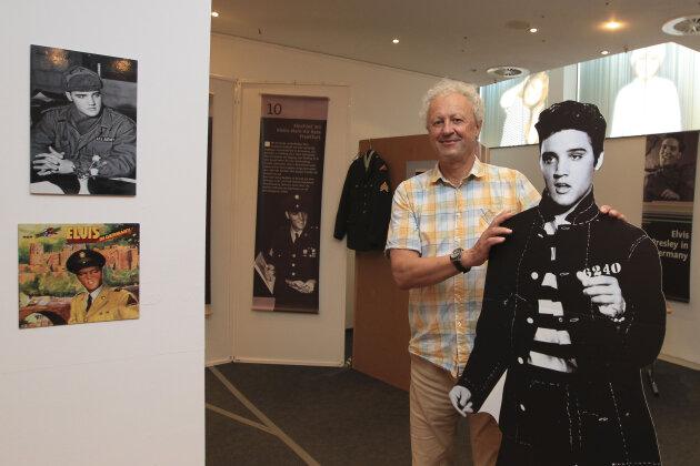 In der ehemaligen Eisdiele im Plauener Einkaufszentrum Kolonnaden ist seit gestern eine Ausstellung über Elvis' Militärzeit in Deutschland zu sehen. Gezeigt werden bis 1. September zum Beispiel Plattencover, Plakate, eine Uniform oder Schwarz-Weiß-Fotos aus Privatbesitz. Sie geben einen Mini-Einlick in das Leben des Stars.