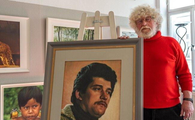 In seiner Galerie an der Friedrich-Ebert-Straße 25, Ecke Stauffenberg-Straße zeigt Manfred Leibl seine Werke. Im Bild ist er mit einem Selbstporträt zu sehen.